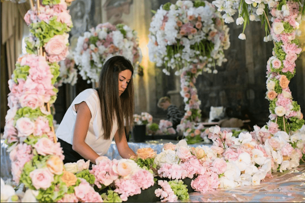 Federica Ambrosini mette grande dedizione e precisione nel realizzare i suoi floral design.