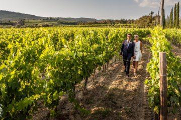 sposi passeggiano tra le vigne