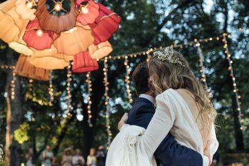 sposi che ballano nel bosco