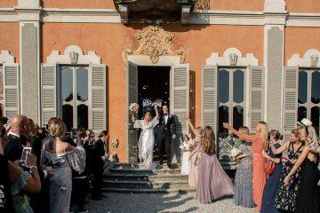 sposi escono da villa subaglio
