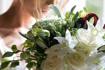 sposa con bouquet floreale