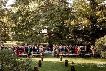 Lo sposo e gli invitati del matrimonio aspettano l'arrivo della sposa per un matrimonio all'aperto