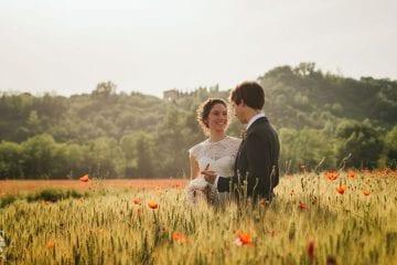 Un coppia di sposi immersi in un campo di papaveri