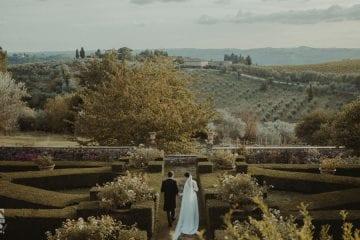 Coppia di sposi in un giardino immerso nelle campagne del Chianti